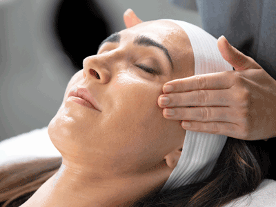 Close-Up-PST-Hands-and-Client-Treatment